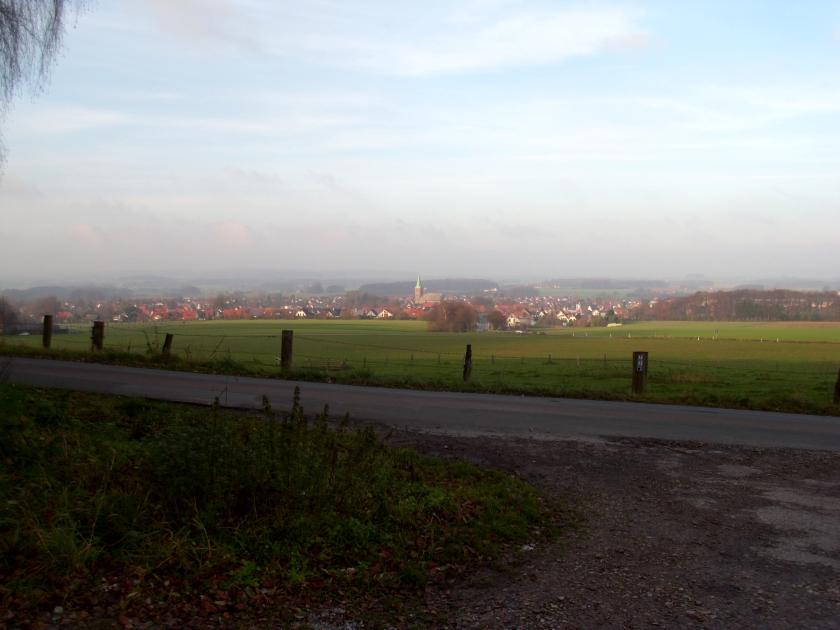 Blick vom Wanderparkplatz auf Dorf