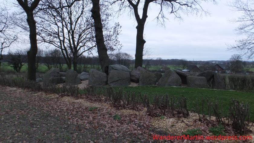 Gar nicht so einfach aufs Bild zu bekommen: Die Ausmaße des Jeggener Großsteingrabs